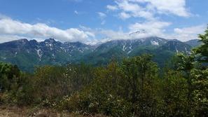 山頂から望む海谷山塊(うみたにさんかい、左)と雨飾山(右)