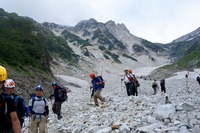 白馬大雪渓は岩だらけに