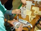 測定器具を使い、水の分析