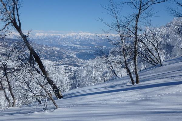 鍋倉山の稜線から上越方面を望む