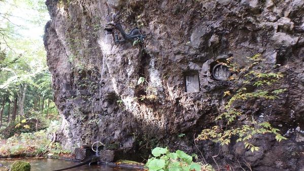 雲台寺の本堂横の岩場の清水