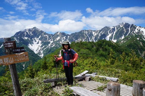 小遠見山から望む鹿島槍ヶ岳(左)と五龍岳(右)