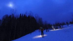 暗くなる中、ヘッドライトの明りで登ります