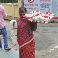 マハーボディ寺院の前で供花を売る女性(ブッダガヤ)