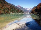 高瀬ダム湖上流側と針ノ木岳