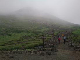 肩の小屋から山頂を目指す