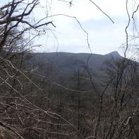 平らな山頂と経塚山(右)