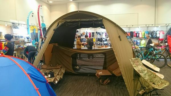入口の大きなテントが目を引きました