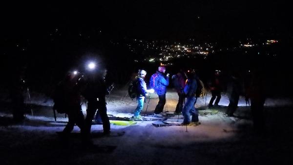 白馬市街地の明りを見おろしつつ滑ります
