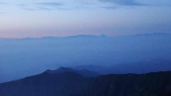 夜明け前の富士山と八ヶ岳連峰