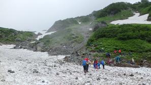 大雪渓の終了点〜落石に注意