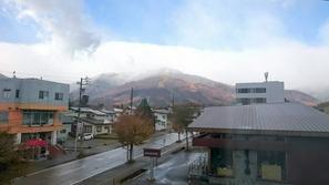 山にかかる雪雲