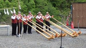 貞逸祭はアルプホルンの演奏で開幕
