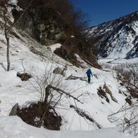 南俣に下山後は林道上部からの落石に注意