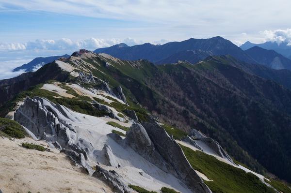 燕岳山頂方面から常念岳方向を望む