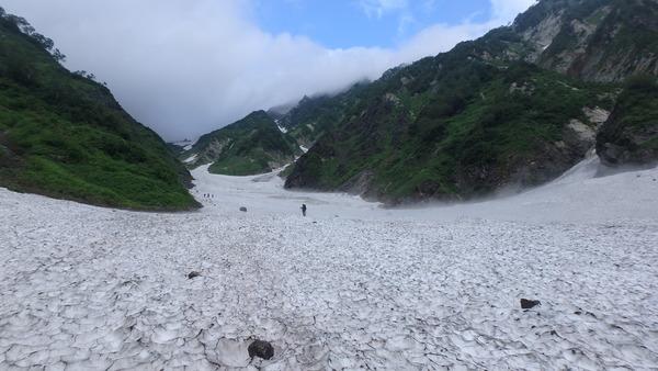 白馬大雪渓の取りつきはケルンあたりから