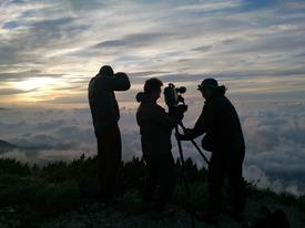 稜線でご来光の撮影準備をする制作スタッフ