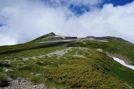 分岐から振り返ってみた白馬山荘と白馬岳