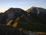 夜明けの杓子岳(左)と白馬鑓ヶ岳(右)