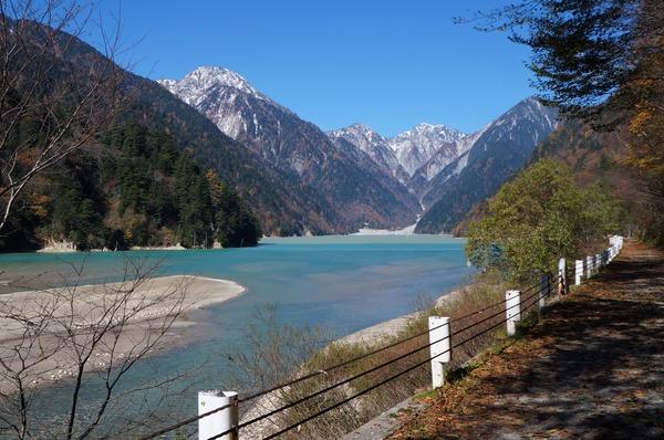 ダム湖上流から不動岳(左)と針ノ木岳(右奥)を望む