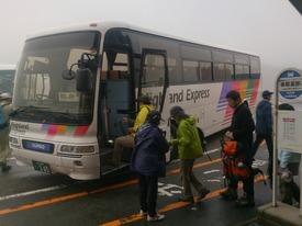 シャトルバスに乗車します