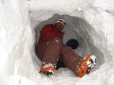 雪の穴に隠れる隊員