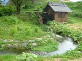 水車小屋とバイカモの小川