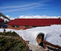 雪のアーチがかかる常念小屋さんの入口