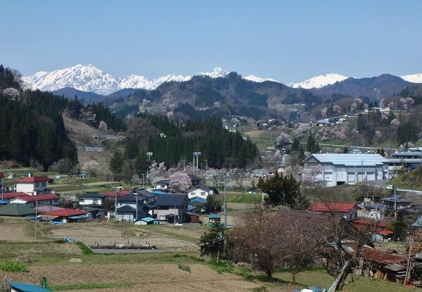 小川村から鹿島槍ヶ岳(左奥)を望む
