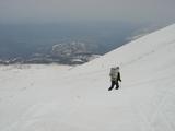 荷物を背負ってスキー下山