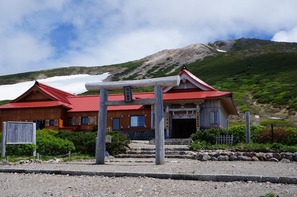 開山1,300年の白山神社と山頂方面