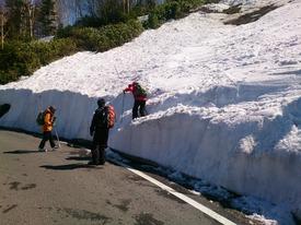 道路は除雪済み、ギャップを慎重に下ります