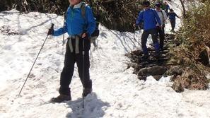 まだ残雪のある部分はアイゼンを着用します