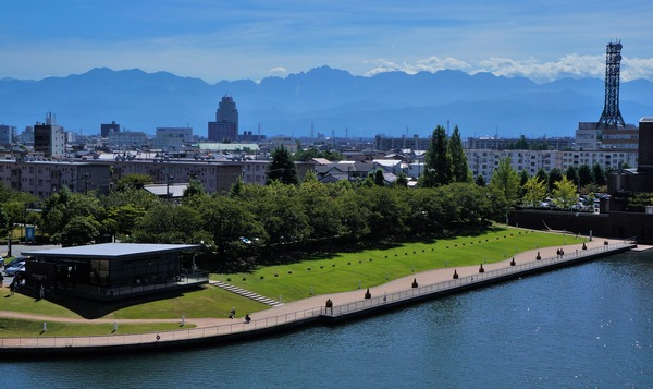 富岩運河環水公園からの剱岳の眺め