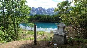 諏訪神社のお社としろ池、後ろには海谷山塊