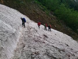 「ガレ場」には雪渓が残っています