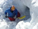 雪洞を掘る