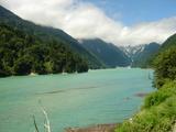 ダム湖の水はエメラルドブルー