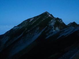 未明の唐松岳(山頂直下の明りはご来光登山チームのヘッドライト♪)