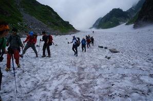 白馬大雪渓の通行時は落石とスリップに注意です