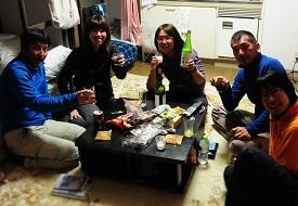 恒例になった部屋飲み(photo by Sugichan)