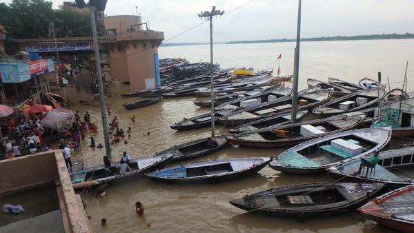 雨季のため水面が高くなっているガンジス河