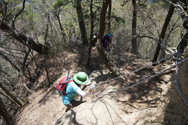 岩場の登りが続きます