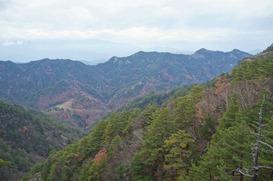 中央右には京ヶ倉山