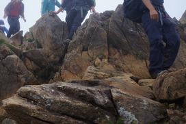 至仏山からの下りでは歩きづらい箇所があるので慎重に