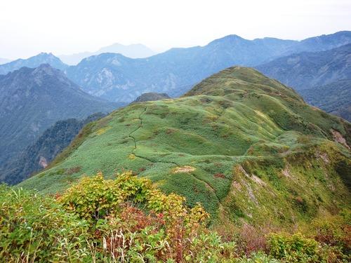 雨飾山山頂から見おろした笹ヶ峰