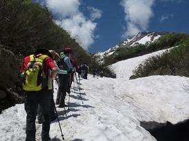 アイゼンを付けて雪渓を進みます