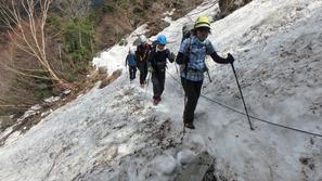 本谷橋を過ぎると、雪が断続的に出てきます