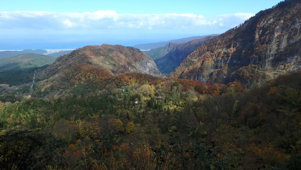 素晴らしい紅葉の山肌に励まされながら登る