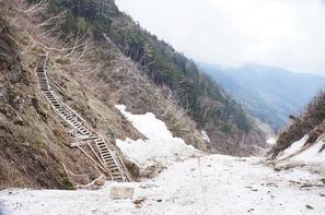 「胸突き八丁」の夏道コースはまだ整備前なので雪渓上を歩きます